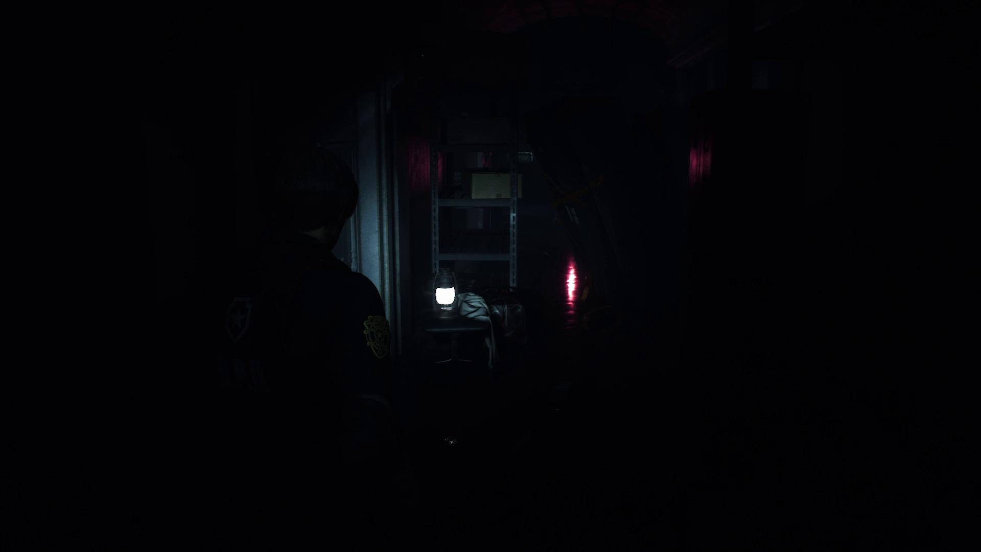 Leon avec lampe torche dans un couloir du commissariat