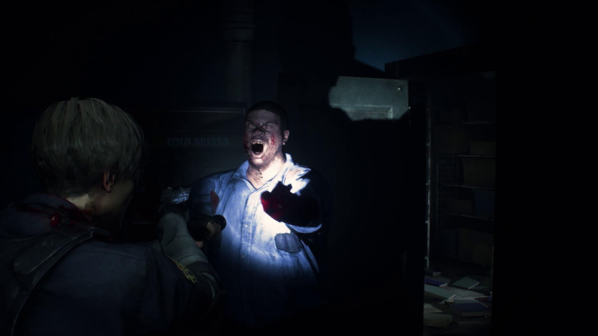 un zombie approche dangereusement de Leon