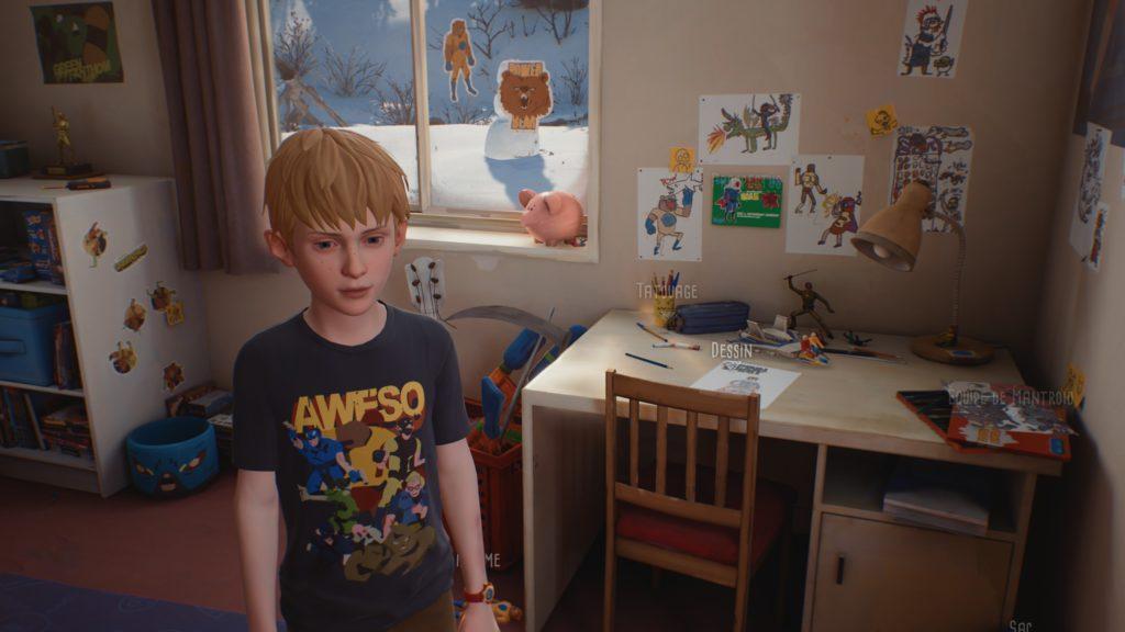 Chris et ses dessins dans sa chambre