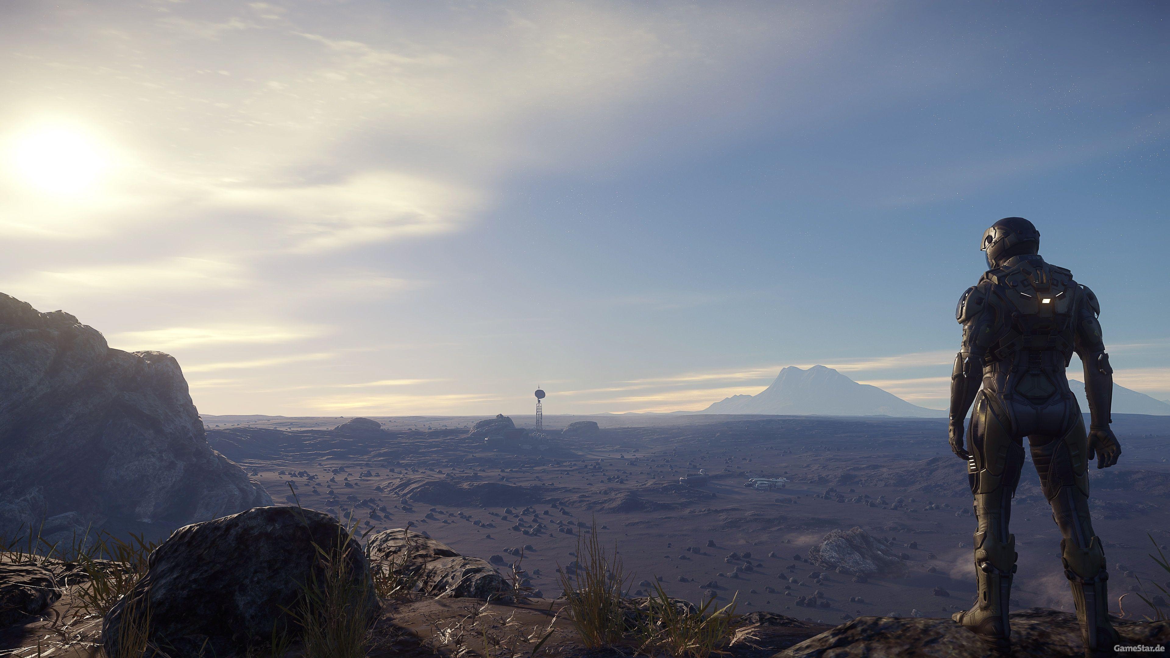 Homme debout regardant l'horizon