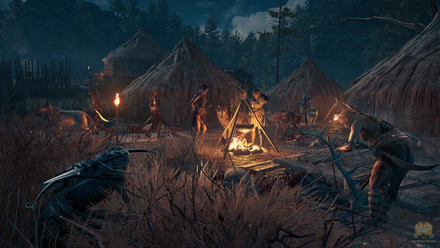 Assassin's Creed Odyssey assassin accroupi dans les hautes herbe à la nuit tombée, dans un camp d'ennemis