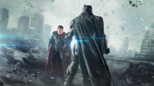 batman face à superman dans un paysage de désolation urbaine