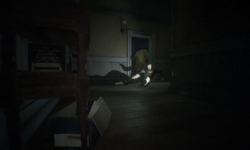 Resident Evil 7 - Homme tire un autre homme par le col