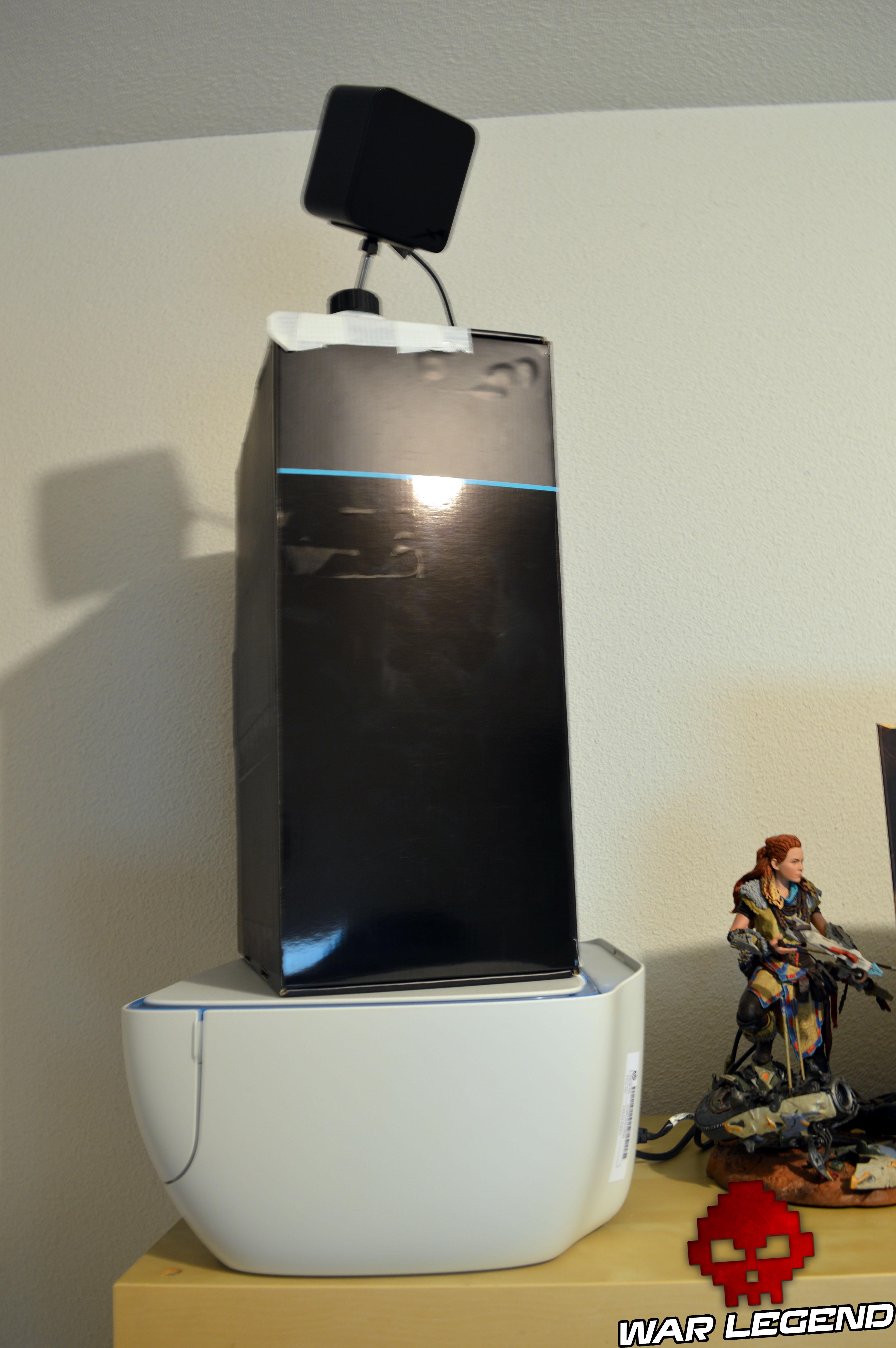 htc vive lighthouse montée sur la boîte du produit, sur une imprimante, figurine d'aloy à proximité