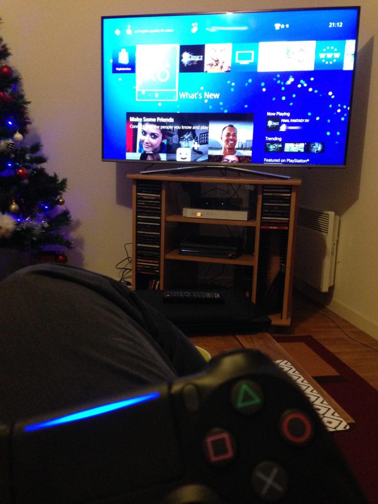 Test PS4 Pro, manette au premier plan, télé en arrière-plan