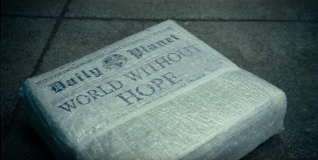 """paquet de journeaux sous plastique par temps de pluie, titre: """"Un monde sans espoir"""""""