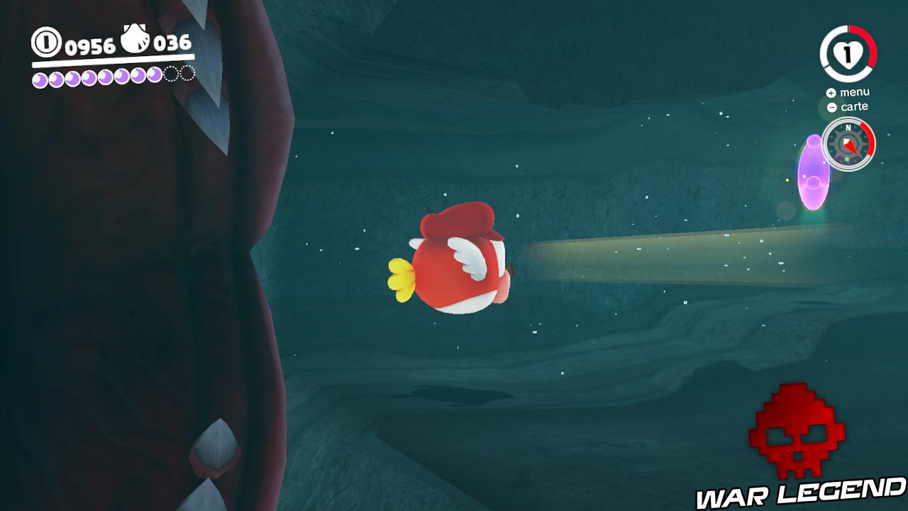 poisson se dirigeant vers une lune rose alors que les mâchoires d'une anguille le frôlent