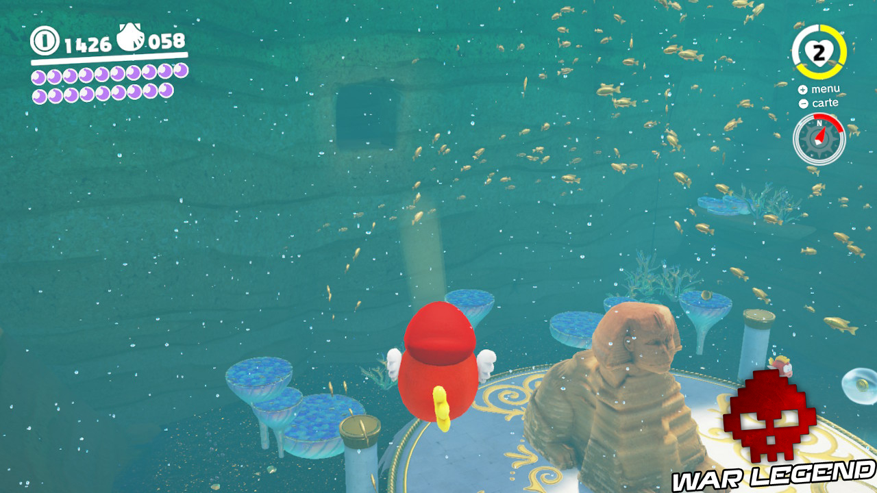 trou dans paroi rocheuse derrière sphynx sous l'eau