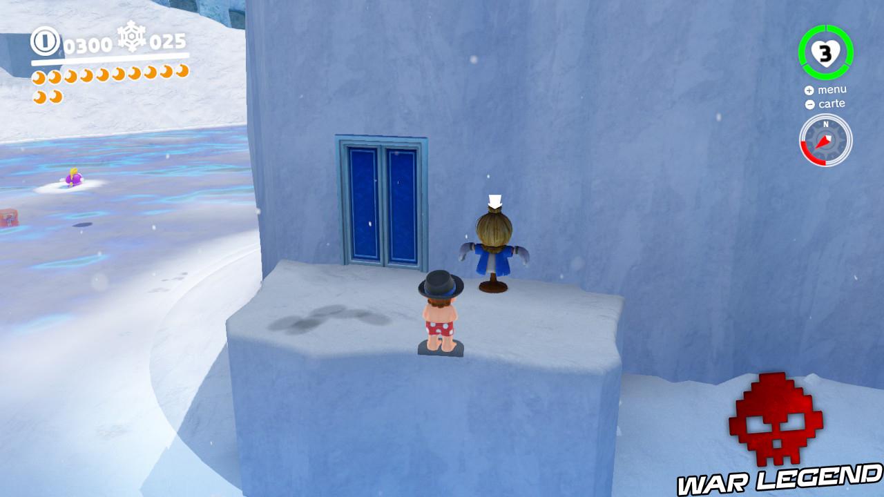 Mari devant porte et épouvantail bleus