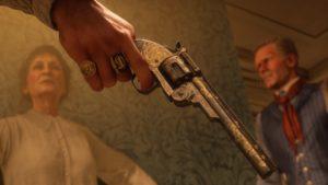 Red Dead Redemption 2 screenshot gros plan sur un revolver tendu devant un homme et une femme