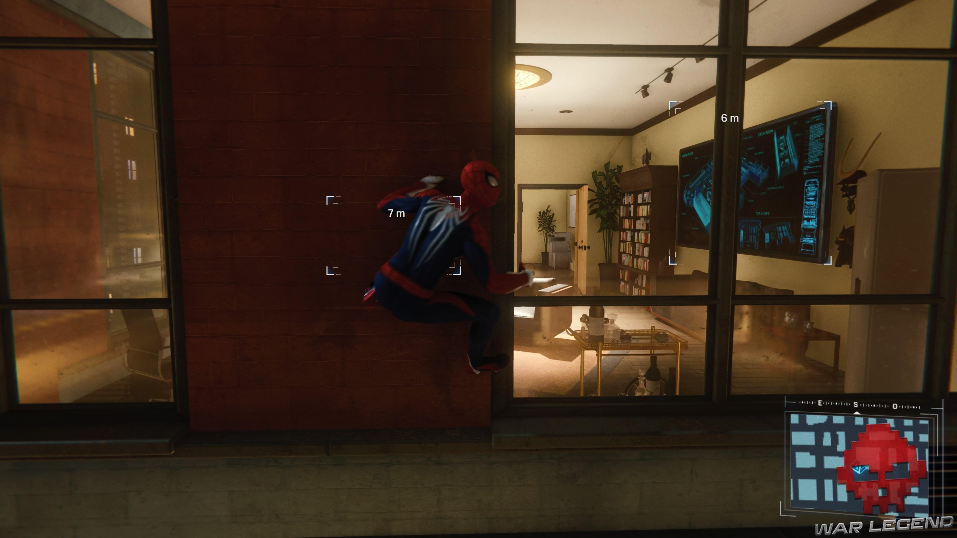 Spiderman est accroché à une fenêtre de l'appartement cible