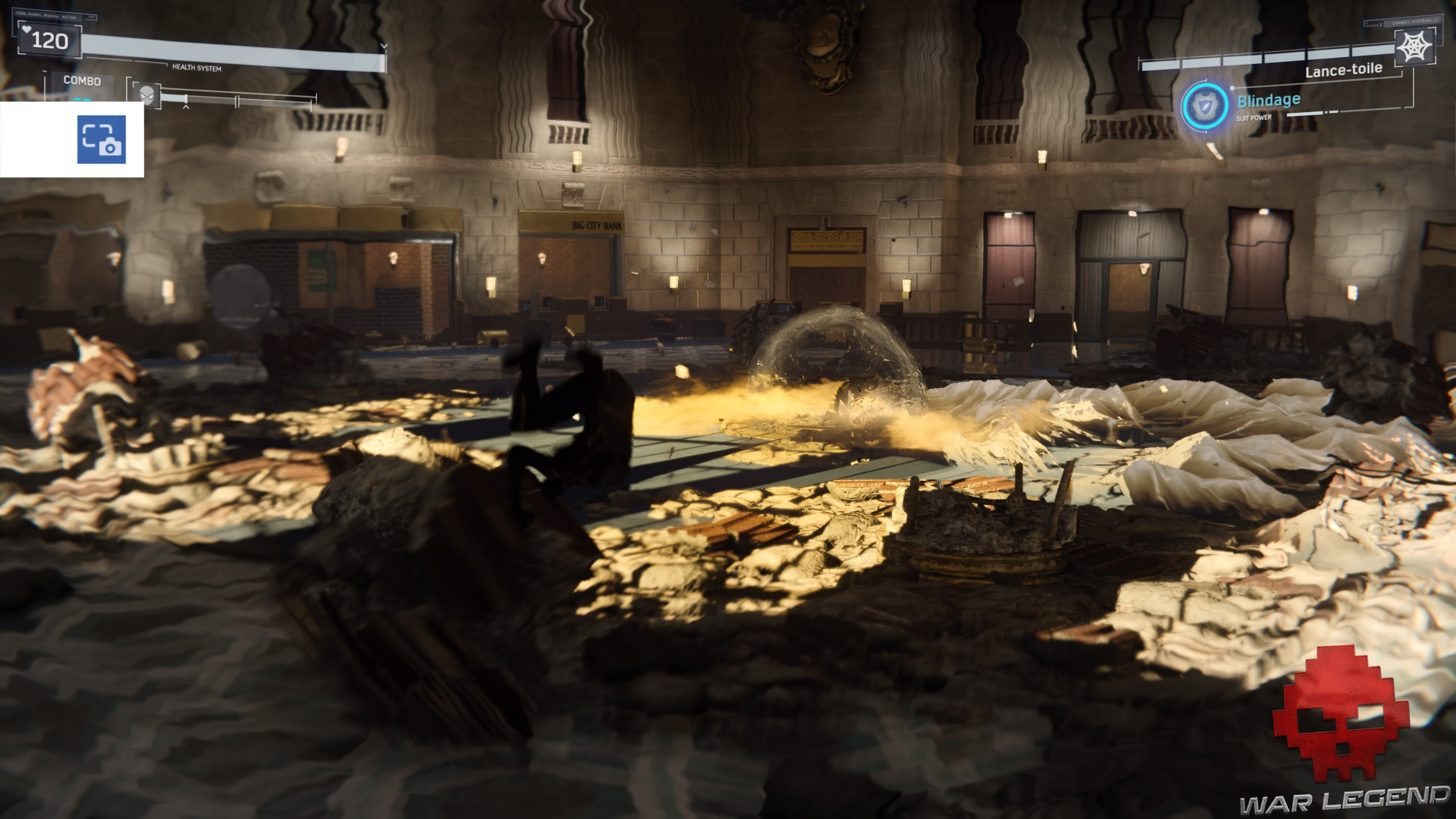Spider-Man se balance dans une banque en ruines, shocker est au centre et lance une onde de choc