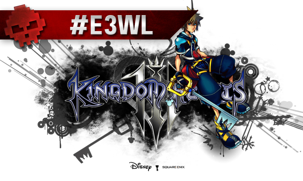 Sora assis sur le logo de Kingdom Hearts