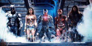 photo du film justice league, de gauche à droite: batman, wonder woman, cyborg, flash, aquaman