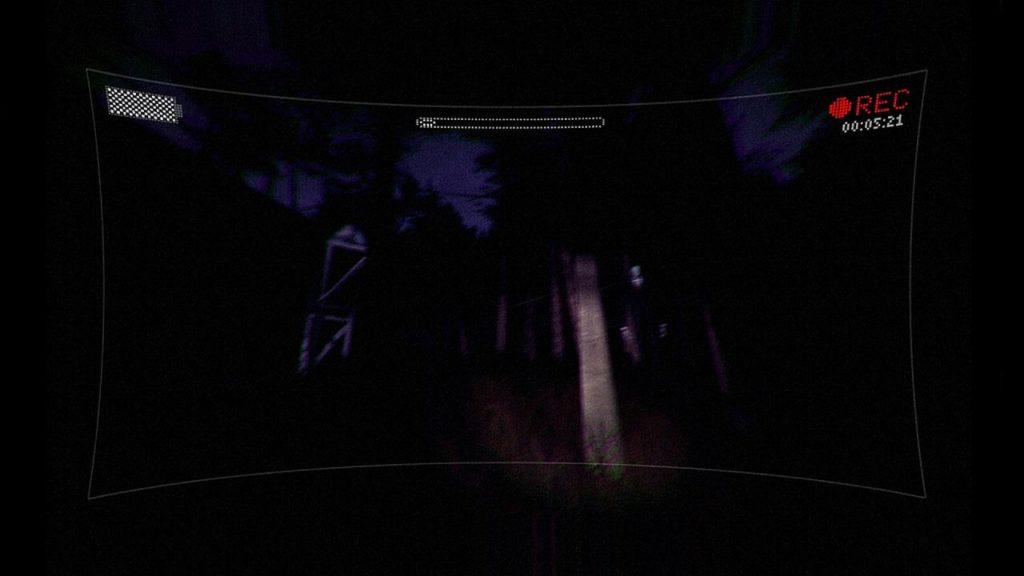 le Slender Man pris dans le faisceau d'une lampe-torche.