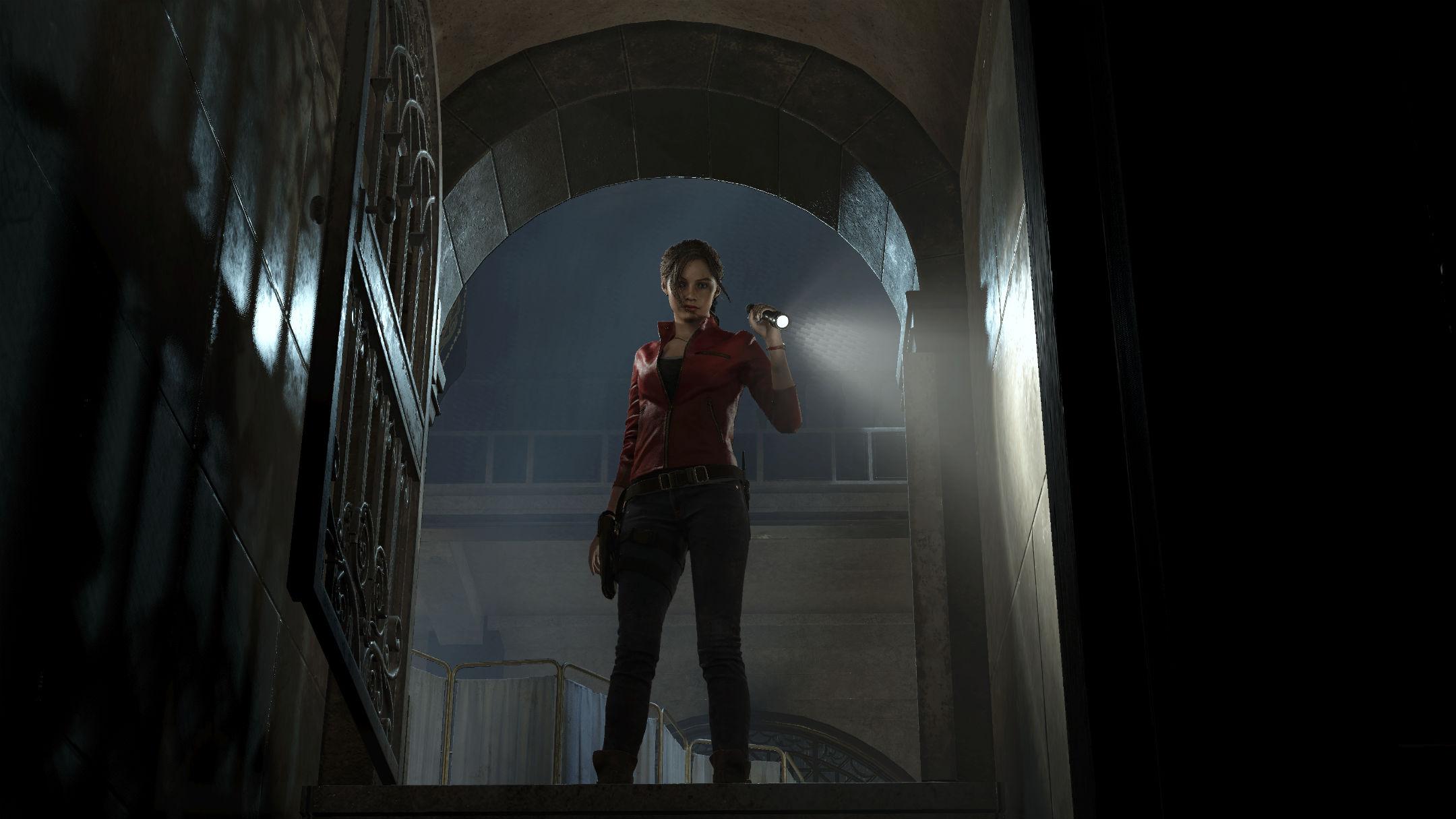 Claire Redfield de face éclairant une cave de sa lampe torche, contre-plongée Resident Evil 2 Remake