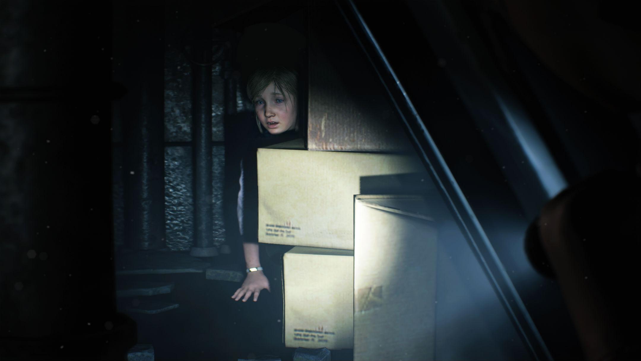 Sherry cachée derrière des cartons Resident Evil 2 Remake