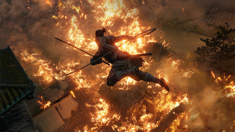 Sekiro plongeant dans un incendie.