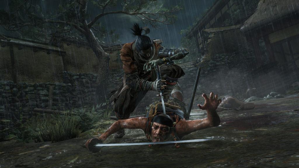 Sekiro plante son sabre dans le dos d'un ennemi