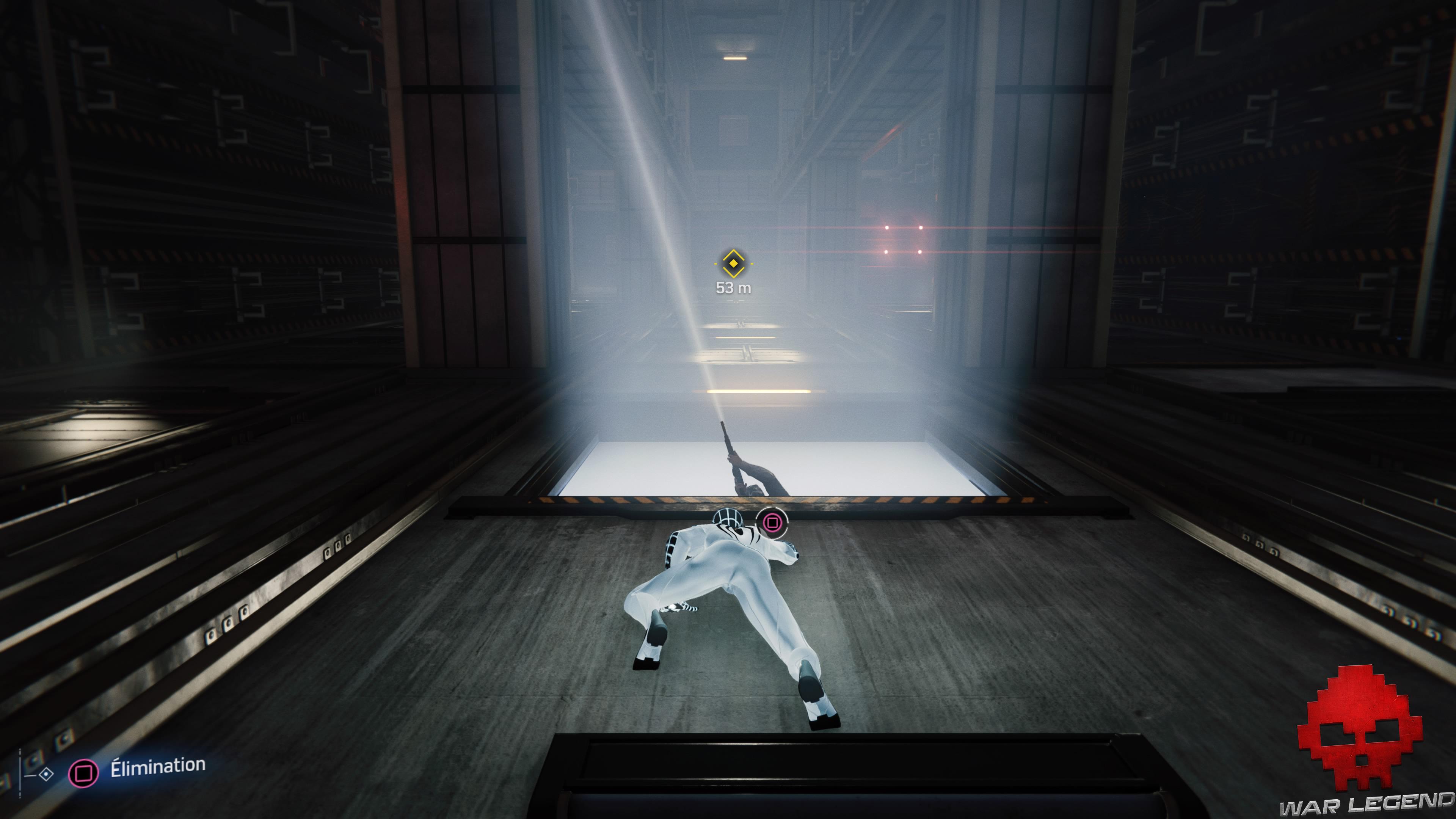 solution spider-man l'araignée et la gouttière ennemis jetant un œil dans cage d'ascenseur