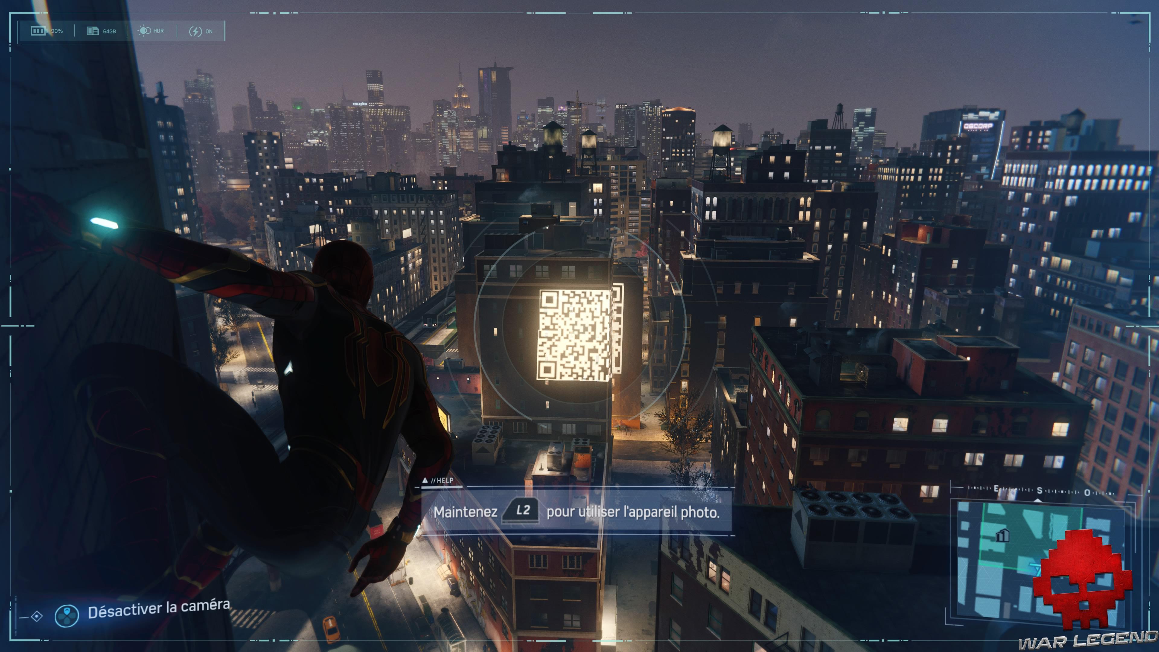 solution spider-man le feu des projecteurs - Spider-Man suspendu, regardant un QR Code sur un immeuble