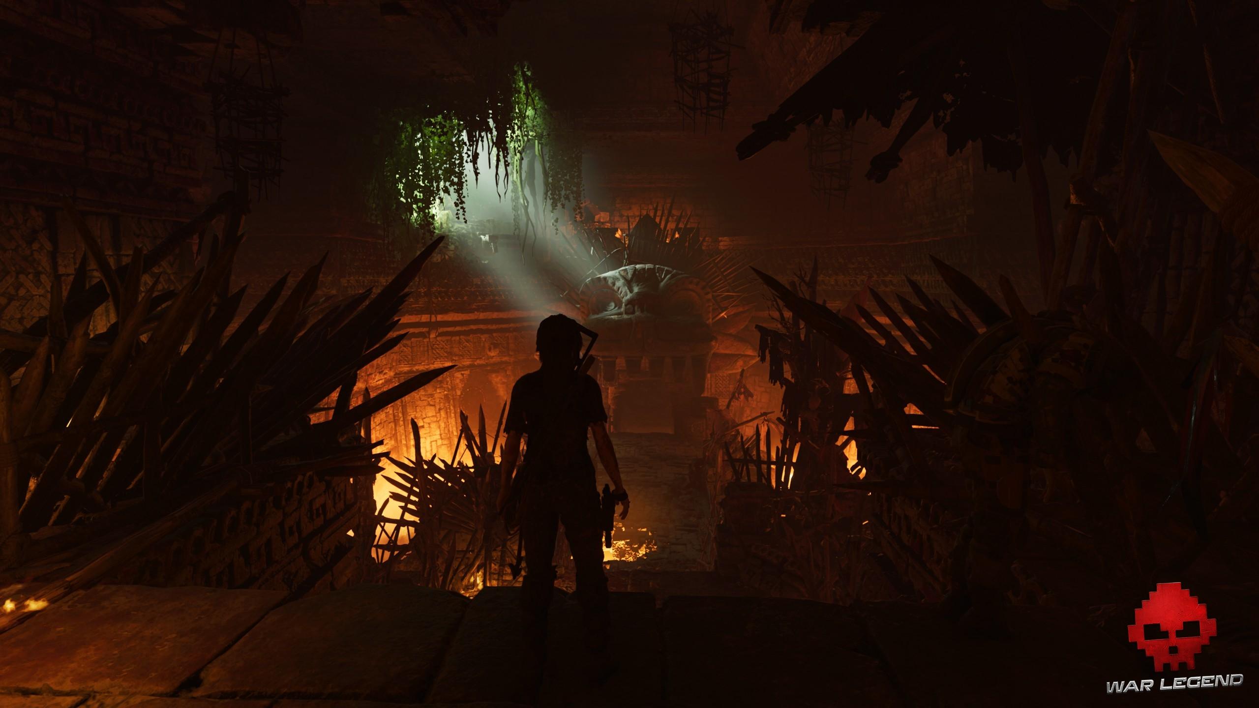 Lara à l'entrée d'une tombe sinistre