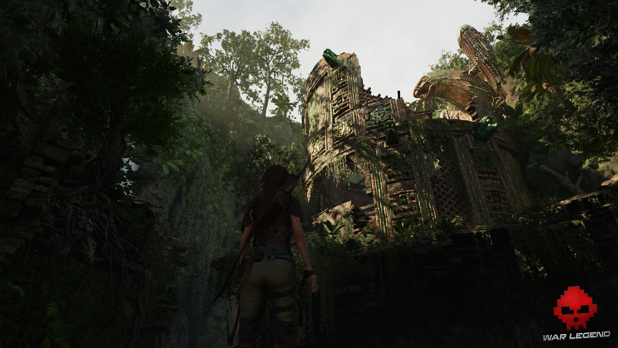 Lara au pied d'une tour en ruine