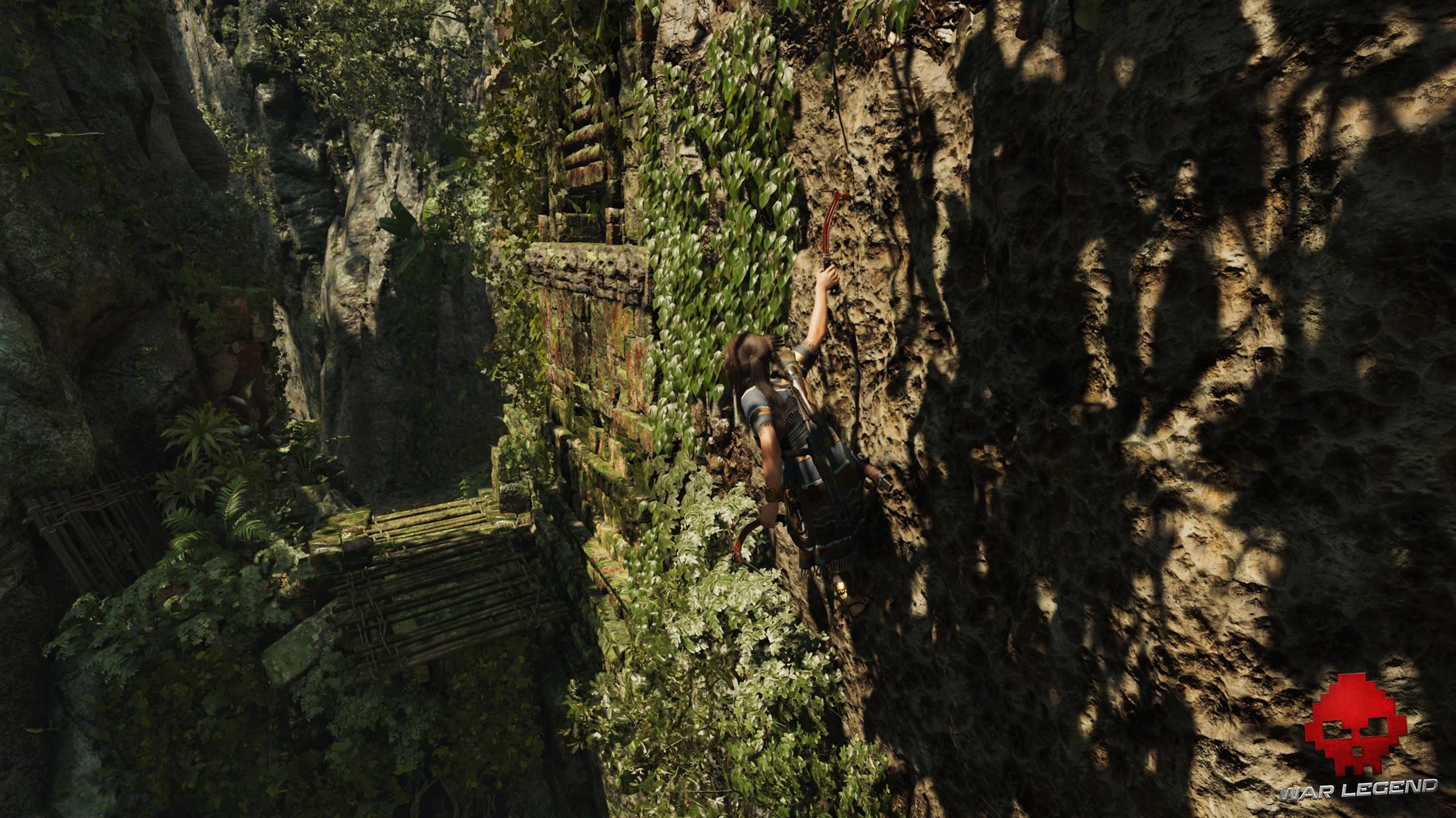 Lara Croft en pleine phase d'escalade