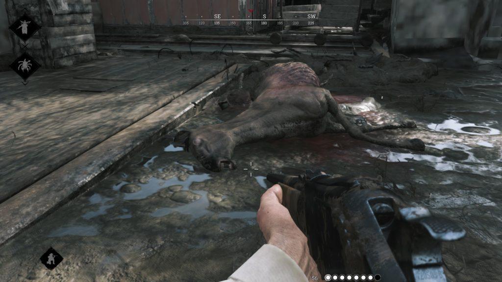 Un sinistre cadavre de cheval gisant dans la boue.